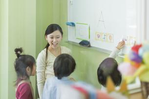 幼児に英語を教える先生の写真素材 [FYI02538116]