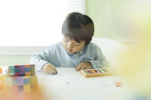 お絵描きをする男の子の写真素材 [FYI02538128]