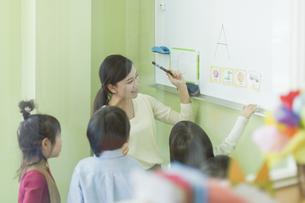 幼児に英語を教える先生の写真素材 [FYI02538132]