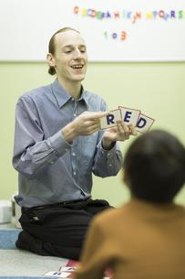 英語の授業をする男性教師の写真素材 [FYI02538161]