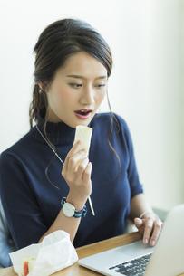 ランチを食べるビジネスウーマンの写真素材 [FYI02538190]