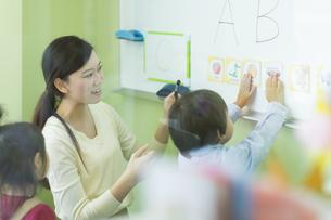 幼児に英語を教える先生の写真素材 [FYI02538202]