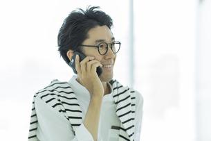 電話をするビジネスマンの写真素材 [FYI02538244]
