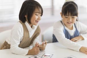 教室で授業を楽しむ子供たちの写真素材 [FYI02538248]