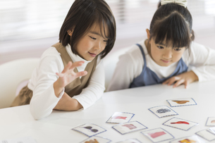 教室で授業を楽しむ子供たちの写真素材 [FYI02538329]