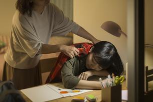 机で居眠りをする女の子の写真素材 [FYI02538336]