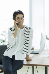 電話をするビジネスマンの写真素材 [FYI02538381]