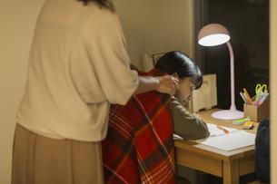 机で居眠りをする女の子の写真素材 [FYI02538388]