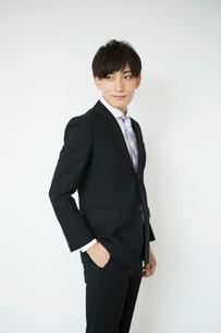 スーツ姿の20代男性ポートレートの写真素材 [FYI02538581]