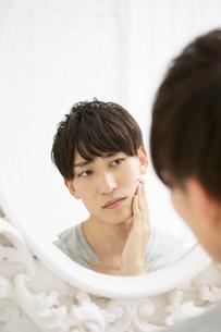 肌の様子が気になる20代男性の写真素材 [FYI02538588]