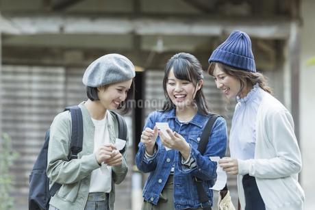 おみくじを見る3人の女性の写真素材 [FYI02538844]