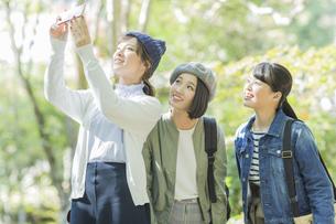 スマートフォンで撮影をする若い女性の写真素材 [FYI02539025]