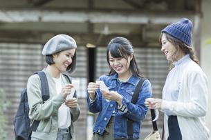 おみくじを見る3人の女性の写真素材 [FYI02539202]