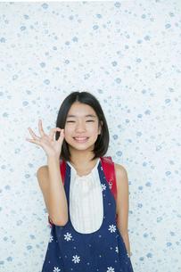 オッケーサインをする小学生女子の写真素材 [FYI02539611]