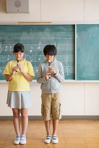リコーダーを吹く小学生男女の写真素材 [FYI02539627]