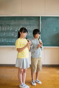 リコーダーを吹く小学生男女の写真素材 [FYI02539651]