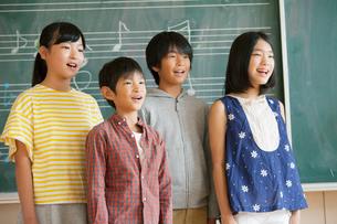 合唱をする小学生男女の写真素材 [FYI02539685]
