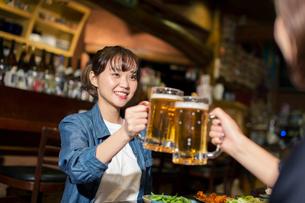 居酒屋で乾杯をする20代女性の写真素材 [FYI02539690]
