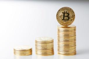 積み重ねられたビットコインの写真素材 [FYI02540070]
