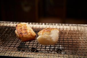 七輪で焼かれている2つの角餅の写真素材 [FYI02540095]