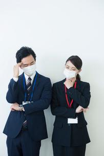 マスクをつけて苦しむ様子の男女の写真素材 [FYI02540107]