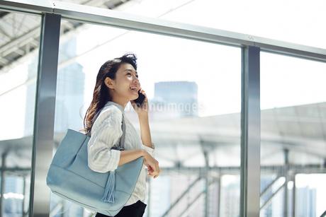 電話をする笑顔のキャリアウーマンの写真素材 [FYI02540127]