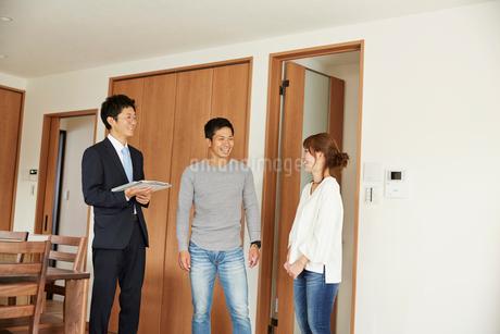 新居の引き渡しの説明を受ける夫婦の写真素材 [FYI02540235]