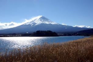 雪煙の富士山を河口湖より望むの写真素材 [FYI02540723]
