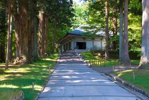初夏の中尊寺金色堂の写真素材 [FYI02541015]