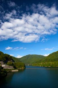 初秋のもみじ湖と雲の写真素材 [FYI02541187]