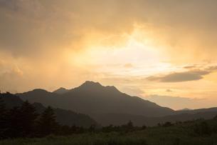 石鎚山の夕陽の写真素材 [FYI02541323]