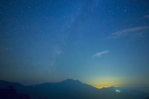 星空の石鎚山の写真素材 [FYI02541351]