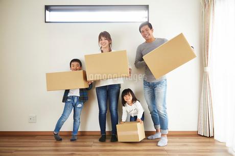 新居に引っ越した家族の写真素材 [FYI02542385]