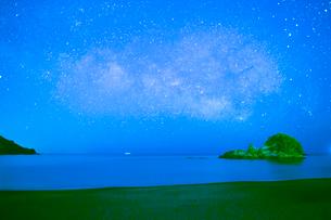 大浜海岸より満天の星の写真素材 [FYI02542418]