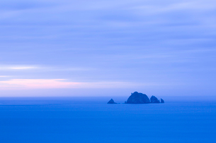 岩礁の島と夕暮れ時の水平線の写真素材 [FYI02542444]