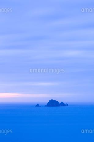岩礁の島と夕暮れ時の水平線の写真素材 [FYI02542566]