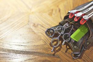 天板に置かれた美容師の腰袋の写真素材 [FYI02542767]