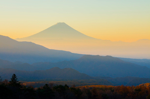 八ヶ岳牧場より朝焼けの富士山の写真素材 [FYI02542842]