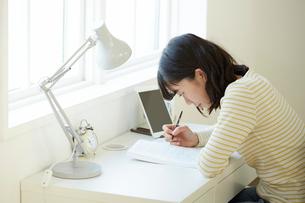タブレットPCを使って勉強する女子学生の写真素材 [FYI02543699]