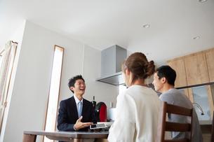 新居の契約をする夫婦の写真素材 [FYI02543700]