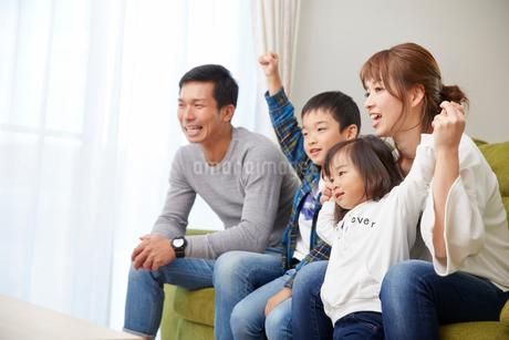 リビングで盛り上がる家族の写真素材 [FYI02543719]