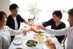 ホームパーティーをする男女グループの写真素材 [FYI02543741]