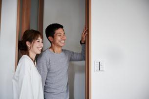 新居を購入した夫婦の写真素材 [FYI02543797]