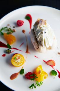 ケーキとフルーツのプレートの写真素材 [FYI02544152]