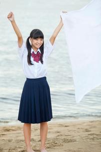 旗を持つ中学生の写真素材 [FYI02544678]