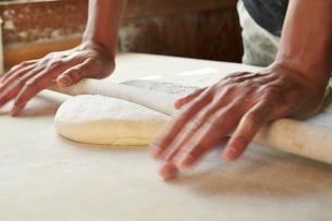 手打ちうどんの生地を麺棒でのばす工程写真の写真素材 [FYI02544731]