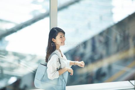 上を見上げる笑顔のキャリアウーマンの写真素材 [FYI02545273]