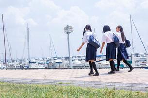 並んで歩く中学生の写真素材 [FYI02545375]