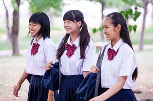 並んで歩く中学生の写真素材 [FYI02545406]