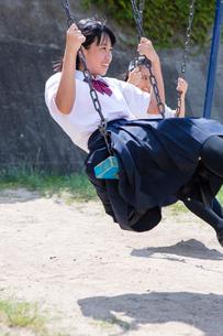 ブランコを漕ぐ中学生の写真素材 [FYI02545455]